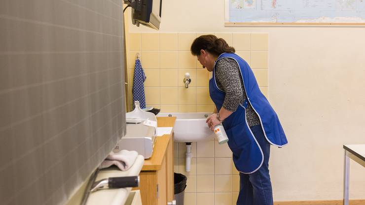 Die Kommentierende meint: «Die Frauen putzen nicht nur, sondern stellen sie ein ganz wichtiges, wenn auch kaum beachtetes Rad unseres Erziehungssystems dar.»