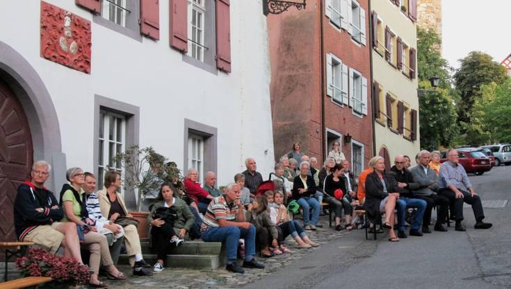 Zufriedene Ruhe unter den Zuhörern