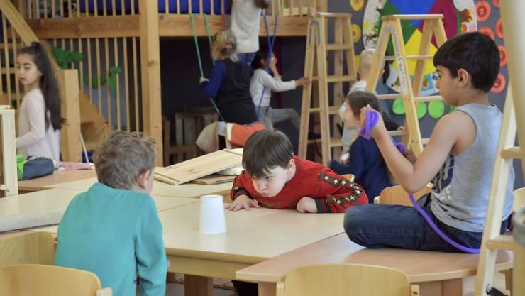 """Während drei Monaten werden die """"normalen"""" Spielsachen verräumt und die Kinder spielen mit Alltagsgegenständen"""
