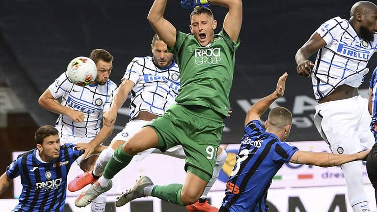 Atalantas Torhüter Pierluigi Gollini verletzt sich bei der Szene in der 1. Minute, die zur 1:0-Führung für Inter Mailand führte