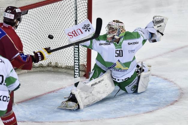 Ufa-Goalie Vladimir Sohatskiy musste sich bereits früh (6.) erstmals geschlagen geben.