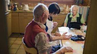 Eine Angestellte der Spitex Emmental auf Hausbesuch bei einem älteren Ehepaar. (Archivbild)