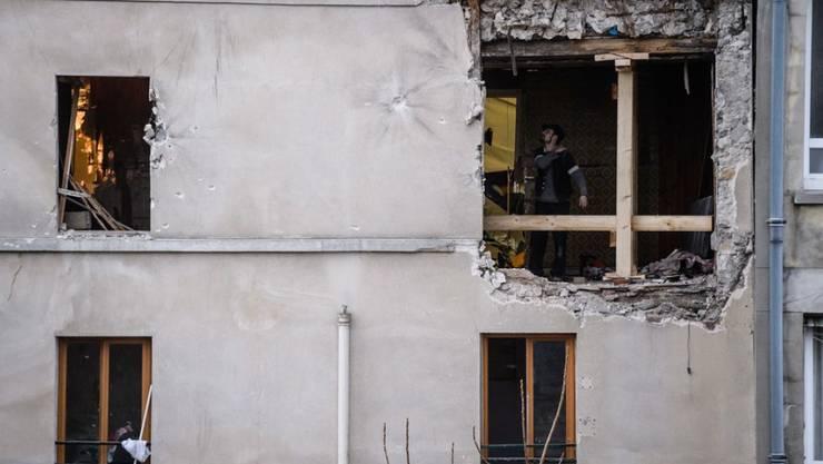 Aussenaufnahme der von der Polizei gestürmten Wohnung im Pariser Vorort Saint-Denis, welche der Hauptangeklagte den Islamisten zur Verfügung gestellt hatte. (Archiv)