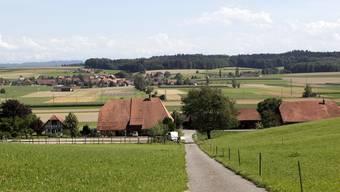 Blick von Unterramsern quer übers Limpachtal in die bernische Ortschaft Limpach. Für die Gestaltung des Raums im Tal braucht es eine kantonsübergreifende Zusammenarbeit.