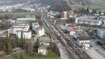Der Bahnhof wird komplett umgestaltet. Neu entsteht auf der westlichen Seite der Gleise (links) auch ein Bushalt.