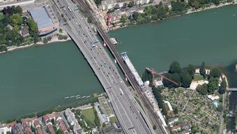 Auf der Schwarzwaldbrücke entbrannte ein Auto am Freitagnachmittag.