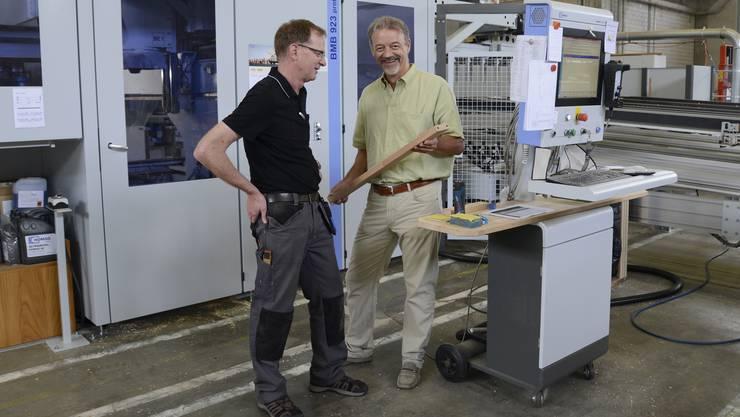 Produktionsleiter Thomas Wanner (l.) und Firmenchef Adrian Hüsler vor der CNC-Anlage in der Schreinerei in Zuchwil.
