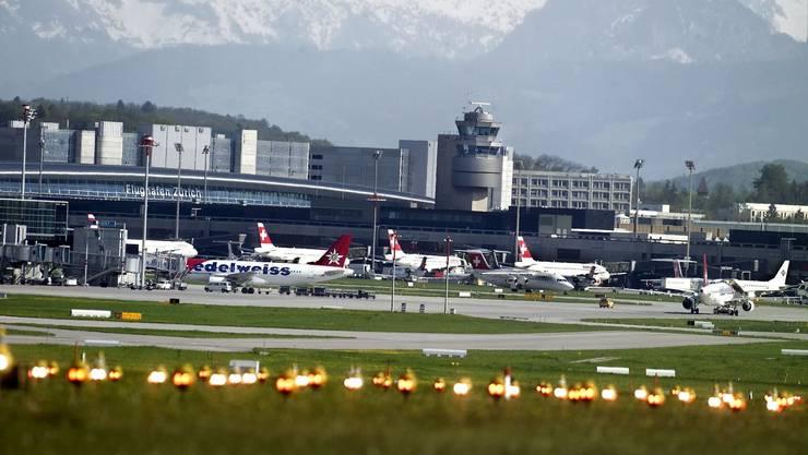 Wahlkampfidee: Nach Meinung von SP-Regierungsratskandidat Daniel Jositsch könnte der Flughafen Zürich (oben) Flüge an den Flughafen Basel-Mulhouse abgeben. Doch die Idee stösst sowohl bei den Flughäfen als auch bei der Swiss auf wenig Interesse.