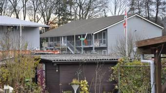 Hier soll der Beschuldigte auf seine Landsfrau losgegangen sein: Im Haus des Durchgangszentrums Urdorf. Es liegt beim Werkhof Tyslimatt und bei den Schrebergärten.