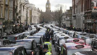 Proteste gegen Uber: im Februar 2016 blockierten Taxifahrer zentrale Strassen in London.