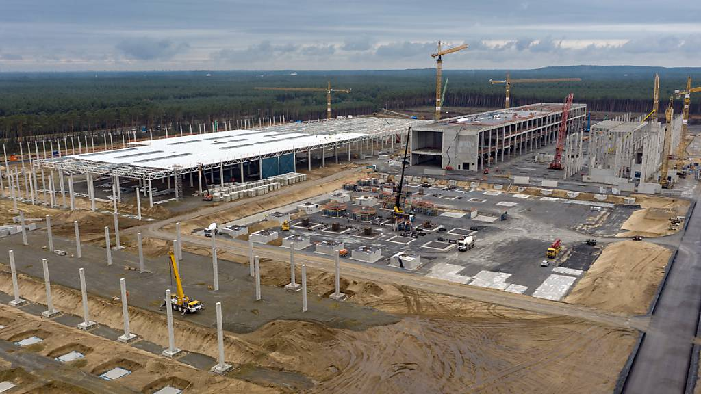 Blick auf die Baustelle für das Tesla-Werk im deutschen Bundesland Brandenburg. Ab nächstem Sommer will der US-Elektroautobauer dort bis zu 500'000 Fahrzeuge jährlich produzieren.
