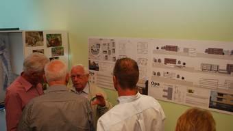 Angeregte Diskussion: Die Projekte der Architekten wurden bei der Präsentation genau unter die Lupe genommen; hier das Siegerprojekt «Opa». (es)