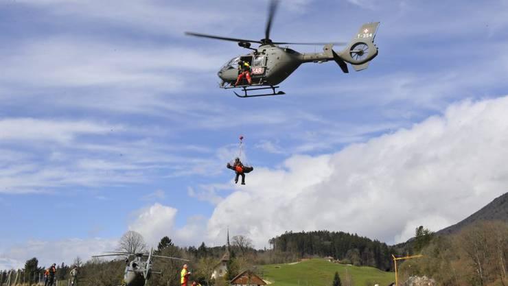 Absetzen des Verletzten und Übernahme durch den Rettungsdienst