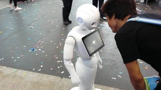 Die Begrüssung in Solothurn erfolgt durch den Roboter Pepper. (Archivbild)