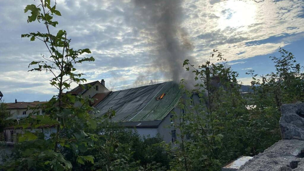 Das in Brand stehende Gebäude in Bulle FR.