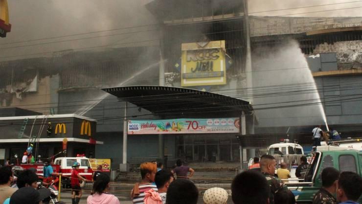 Bei einem Grossbrand in einem Einkaufszentrum auf den Philippinen sind möglicherweise dutzende Menschen getötet worden. Das Feuer im vierstöckigen Einkaufszentrum NCCC hatte am Samstag zahlreichen Menschen den Fluchtweg abgeschnitten.
