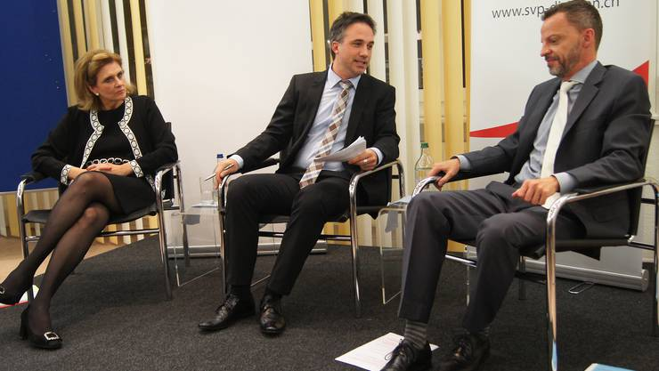 Europarätin Doris Fiala (FDP), Moderator Jürg Krebs und Wirtschaftsrechtler Hans-Ueli Vogt (SVP).