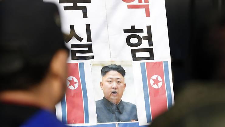 Südkoreaner betrachten ein Bild des nordkoreanischen Machthabers Kim Jong Un. Nordkorea hat eine Million Flugblätter über die Grenze nach Südkorea geschickt. (Archiv)