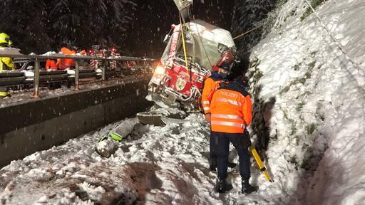 Zug entgleist nach Felssturz – Lokführerin verletzt