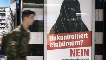Die Kampagne mit den Burka-Plakaten hat nicht verfangen. Die Stimmberechtigten haben der erleichterten Einbürgerung für die Enkelgeneration deutlich zugestimmt. (Archivbild)