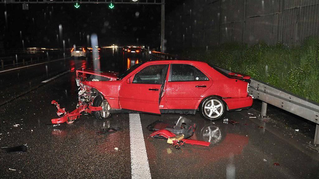 Bei einem Verkehrsunfall nach dem Belchentunnel wurde ein Auto total beschädigt.