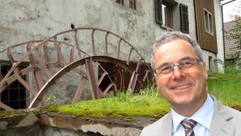 Besitzer André Zemp auf der Aabach-Rückseite der Unteren Mühle mit dem Mühlerad, das wie das ganze Ensemble wieder hergestellt werden soll.Fritz Thut