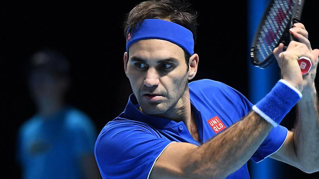Roger Federer fokussiert den Ball.