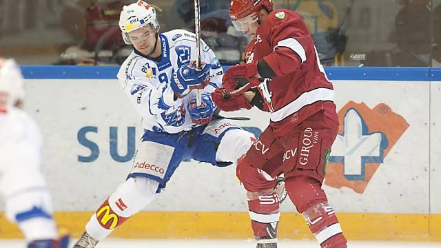 Lausannes John Gobbi (r.) im Zweikampf mit Lion Sandro Zangger.