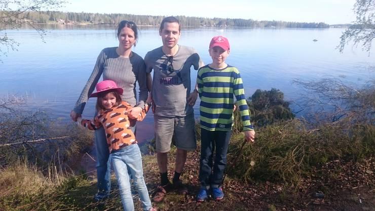 Die Familie Meier mit Papa Stephan, Mama Florence und den Kindern Sophie und Simon mitten in der schwedischen Natur.