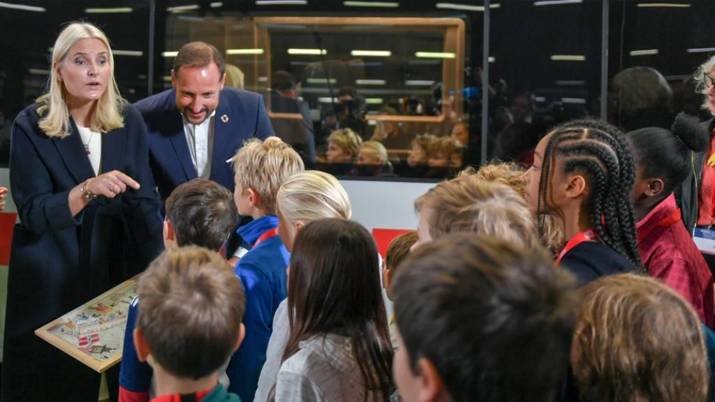 Norwegens Kronprinzessin  beginnt Reise im Literaturzug