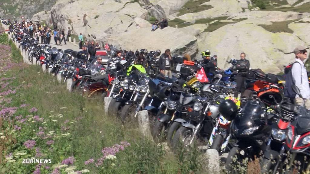 Töfffahrer protestieren am Gotthard gegen drohende Lärm-Vorschriften