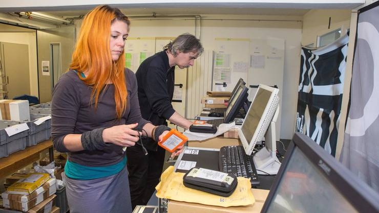Videofachfrau Rebecca Siegfried und der technische Supporter Max Aeschlimann überwachen in der Kulturgarage die Einspeisung (Ingest) der gelieferten  Filmdaten auf die aktenkoffergrossen Kinoserver.