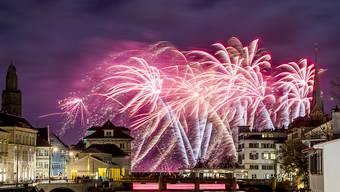 Mit einem Feuerwerk unter den Wolken begrüsst Zürich das Neue Jahr. (Archivbild)