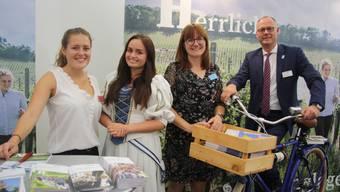 Sie werben an der HESO für Heilbronn (v. l.): Standbetreuerin Velia Fischer, Laura Scholl als «Käthchen von Heilbronn), Michaela Ruof (Veranstaltungsleiterin Bundesgartenschau) und Steffen Schoch (Geschäftsleiter Heilbronn Marketing).