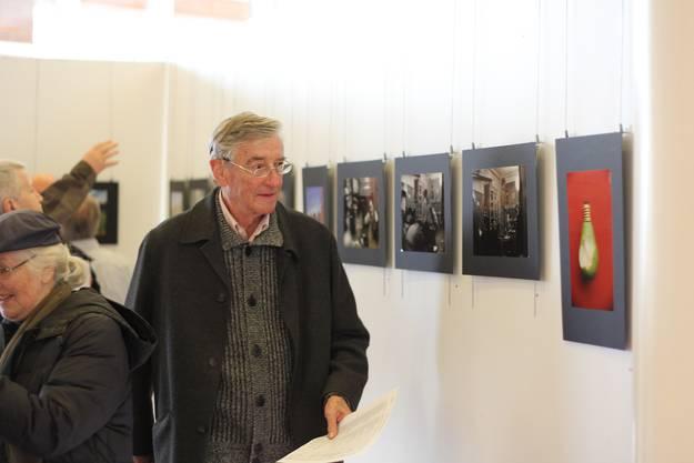 Die Besucher betrachten die Bilder und wählen ihren Favoriten gleich vor Ort