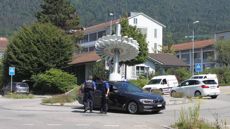 Polizisten überwachen nach dem Überfall den ETA-Kreisel in Grenchen. (Archiv)