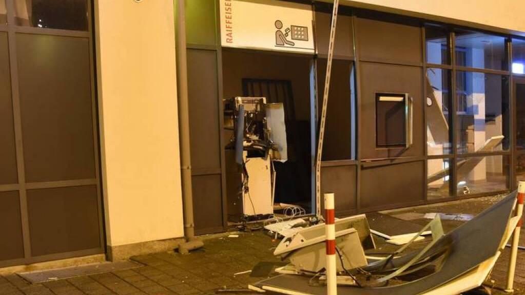 Mutmasslich hat ein heute 30-jähriger Rumäne im Dezember 2019 einen Raiffeisen-Bankomaten in Sevelen SG gesprengt.