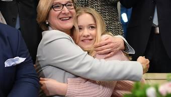 Freut sich übers Wahlergebnis: Die ÖVP-Ministerpräsidentin Niederösterreichs, Johanna Mikl-Leitner, mit ihrer Tochter.