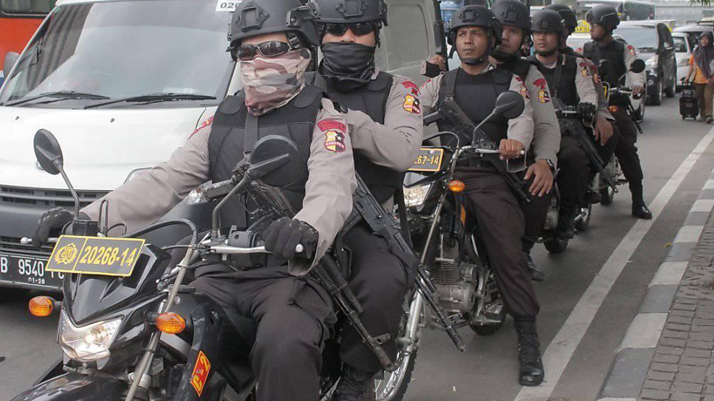 Die indonesische Polizei hat ihre Präsenz verstärkt und fahndet nach Helfern der Terrorattacke.