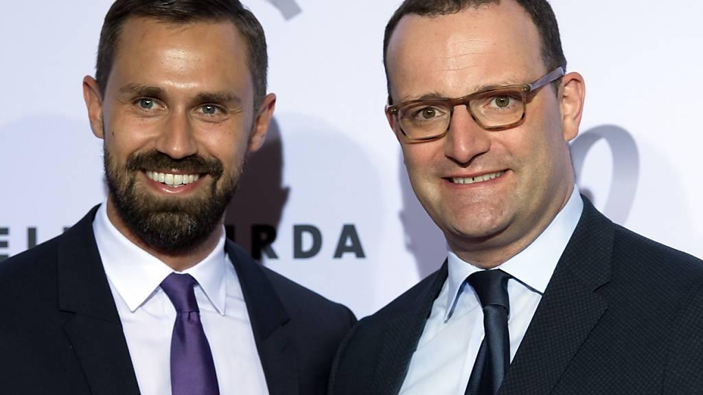 ARCHIV - Jens Spahn (r, CDU), Bundesgesundheitsminister, und sein Ehemann Daniel Funke kommen zu einer Gala ins Hotel Adlon Kempinski. Foto: Soeren Stache/dpa