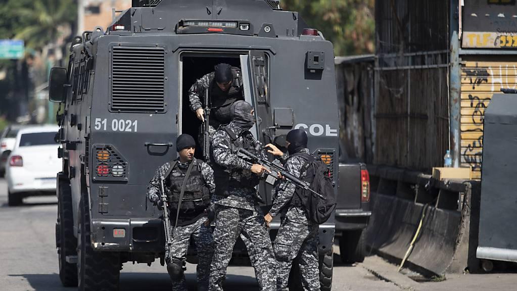 Die Polizei führt einen Einsatz gegen mutmaßliche Drogenhändler in der Favela Jacarezinho durch. Foto: Silvia Izquierdo/AP/dpa