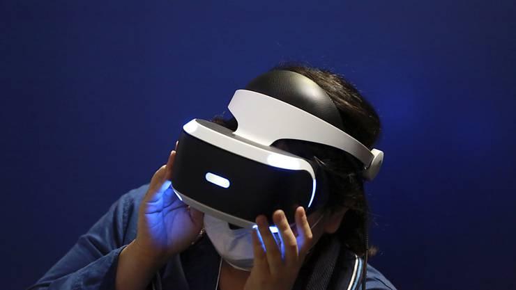 Spieler sollen mit der Brille Playstation VR in virtuelle Welten eintauchen können. Die Branche erwartet, dass der Markt für solche Geräte und Anwendungen bald durchstarten wird und erhoffen sich kräftige Umsätze.
