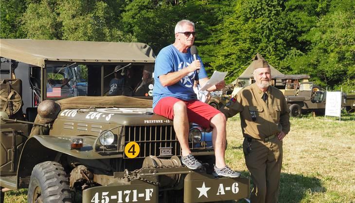 Eröffnen das Armeefahrzeugtreffen: Der Sissler Vizeammann Urs Schmid (links) und Peter Kneubühl, Präsident des D-Day-Vereins Sisseln.