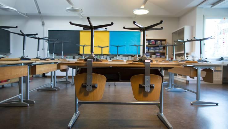Die Stühle können eine Weile hochgestellt bleiben: Der Unterricht im Klassenzimmer ist ab sofort verboten (Symbolbild).