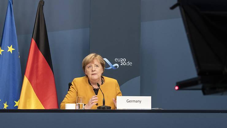 HANDOUT - Angela Merkel, Bundeskanzlerin, nimmt im Rahmen des beim virtuellen G20-Gipfel an einer Videokonferenz im Kanzleramt teil. Foto: Guido Bergmann/Bundesregierung/dpa - ACHTUNG: Nur zur redaktionellen Verwendung im Zusammenhang mit der aktuellen Berichterstattung und nur mit vollständiger Nennung des vorstehenden Credits