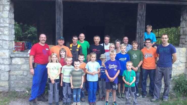 : Die grosse Zahl freiwilliger Helferinnen und Helfer nach dem Arbeitseinsatz in der Laufenburger Waldhütte.