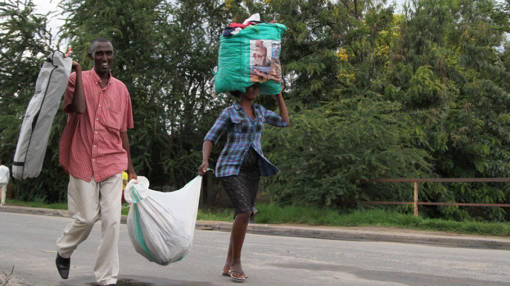 Menschen auf der Flucht aus Burundis Hauptstadt Bujumbura. (Archivbild)