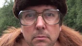 """Der Autor und Comedian Matto Kämpf - hier im Musikclip """"Nationalrat Moser"""" - weiss, wie das Schweizer Volk tickt und erwägt deshalb ein Musical über dessen Partei zu verfassen. (Screenshot)"""