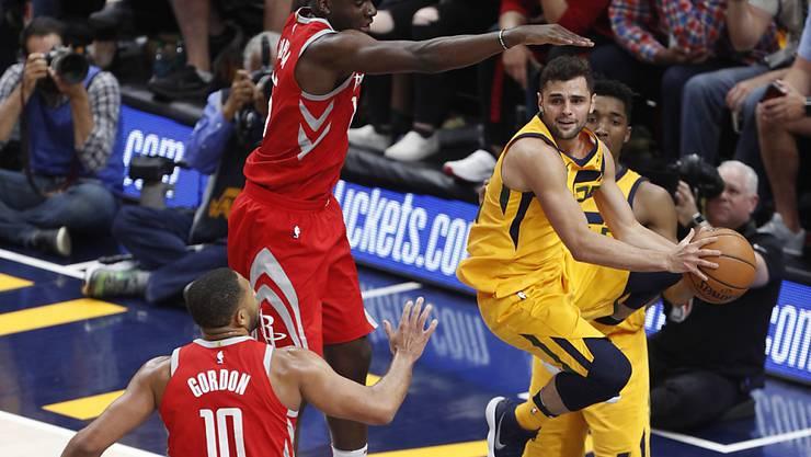 Clint Capela (Mitte) steht mit den Houston Rockets vor der Halbfinal-Qualifikation