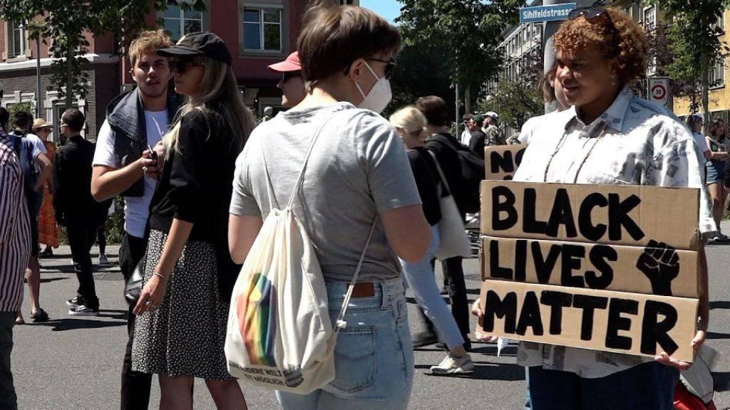 Anti-Rassismus-Demo mit vielen hundert Menschen in Zürich